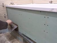 Установка алюминиевого экрана под ванну
