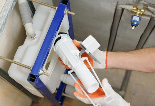 Замена сливной арматуры на подвесном унитазе в Королёве